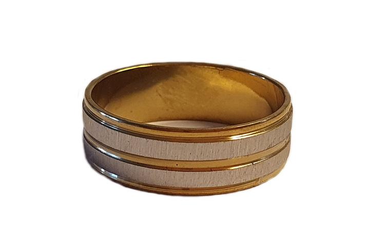 Silverfärgad stålring med guldrand