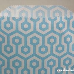 Presentpåse -  10 st ljusblå/vit honeycomb