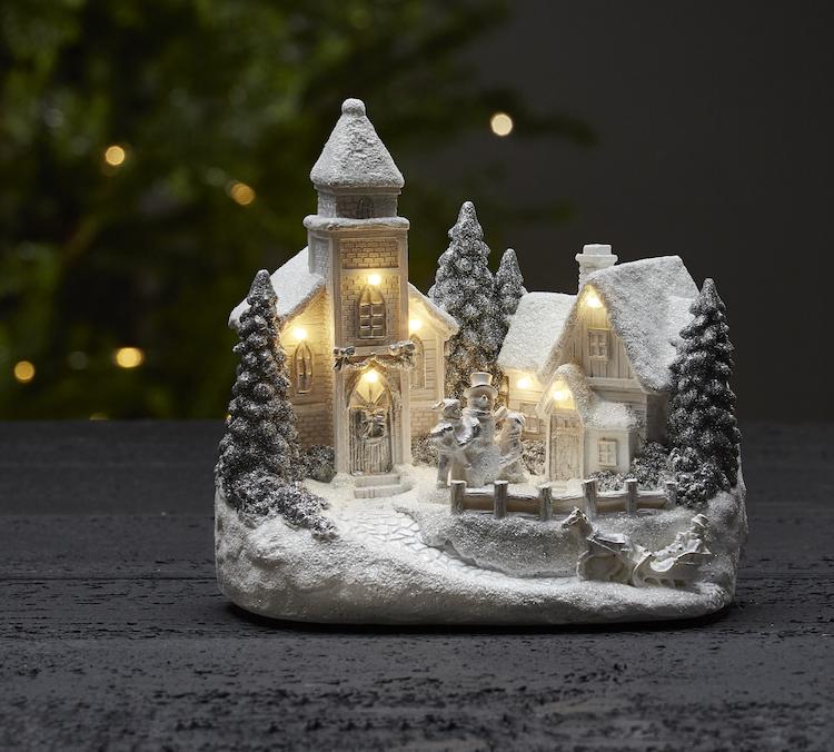 Julby med kyrka och snötäckta tak