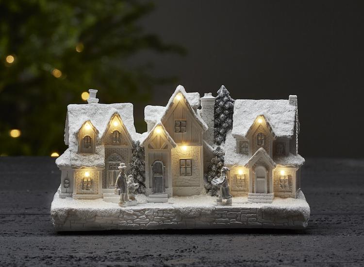 Julby med hus med snötäckta tak - finns i God gärnings designbutik