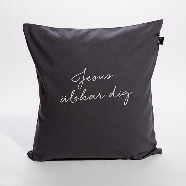 Kuddfodral i bomullscanvas med texten: Jesus älskar dig. Finns i Kristna designbutiken.