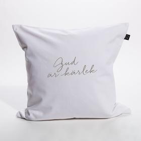 Vitt kuddfodral i bomullscanvas med texten: Gud är kärlek