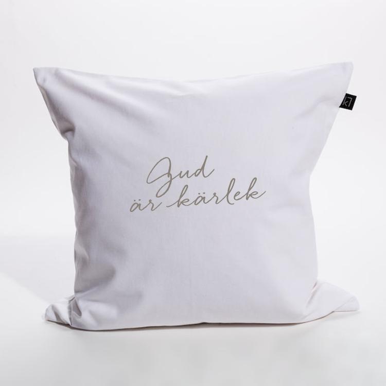 Kuddfodral i bomullscanvas med texten: Gud är kärlek. Finns att köpa i Kristna designbutiken.