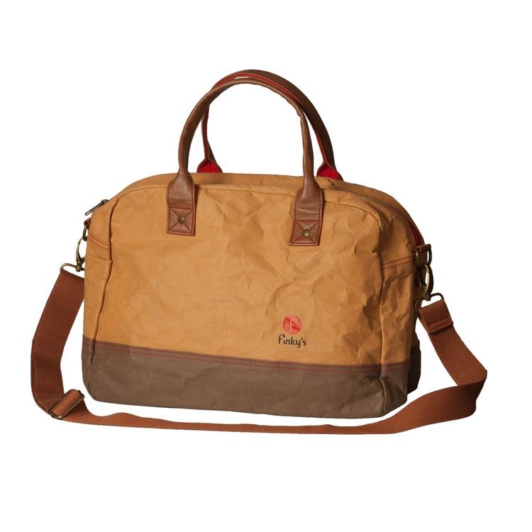 Väskal i papper och latex, marknadens nyaste material. läder-lool-alike. Statementväska