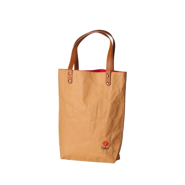 Naturfärgad väska i papper och latex, marknadens nyaste material. läder-look-alike