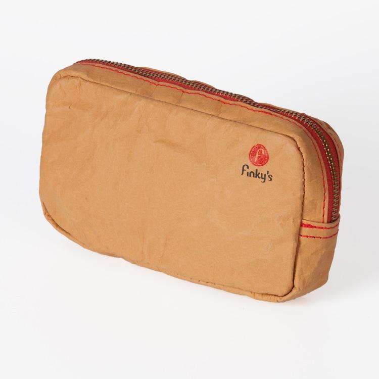 Naturförgad clutch i papper och latex, marknadens nyaste material. Handväska i läder-lool-alike