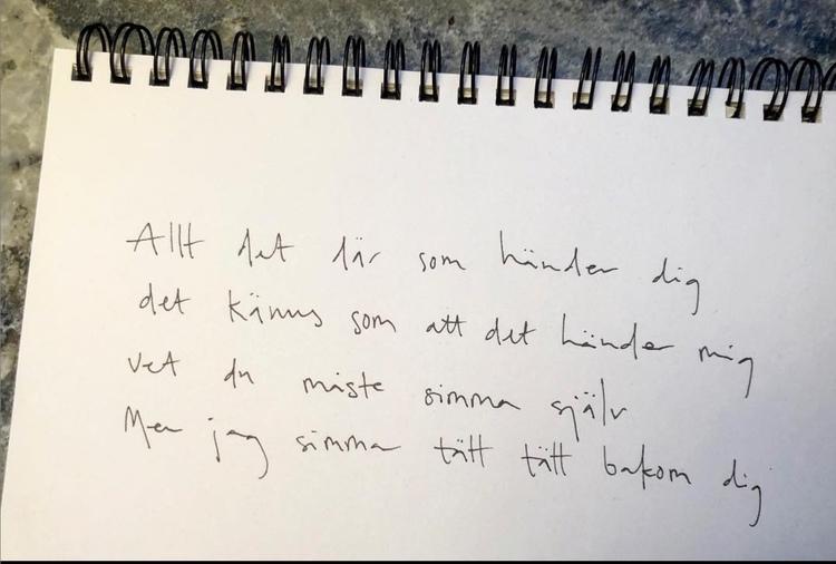 """Handskriven affisch med texten """"allt det där som händer dig, det känns som att det händer mig. vet du måste simma själv, men jag simmar tätt, tätt bakom dig.""""."""