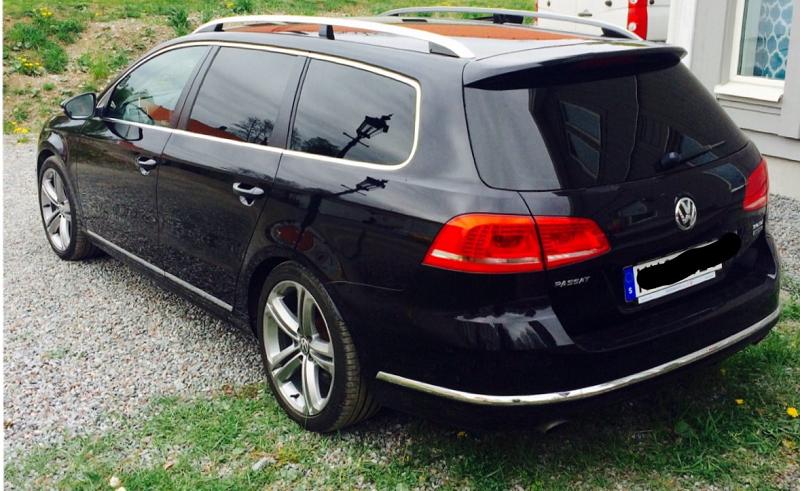 VW Passat med svarta rutor