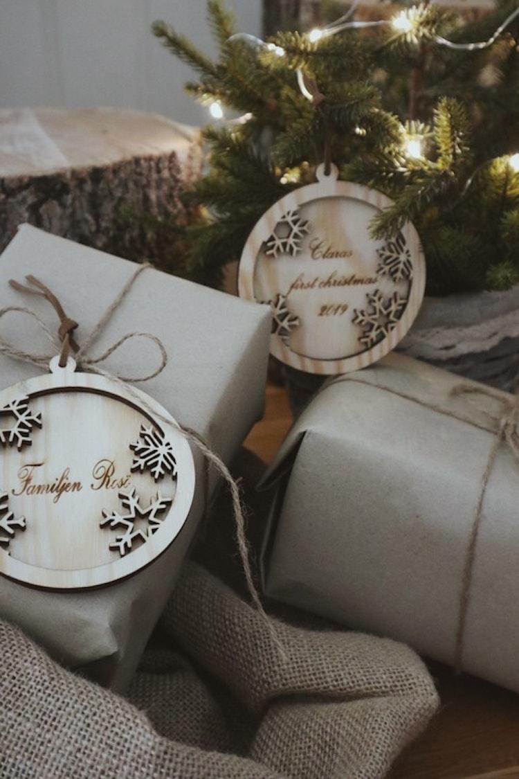 Julkula i trä med snöflingor + text