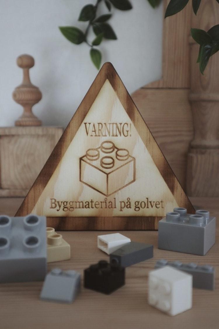 VARNING - Byggmaterial på golvet