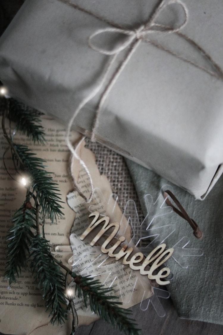 Snöflinga + namn i trä