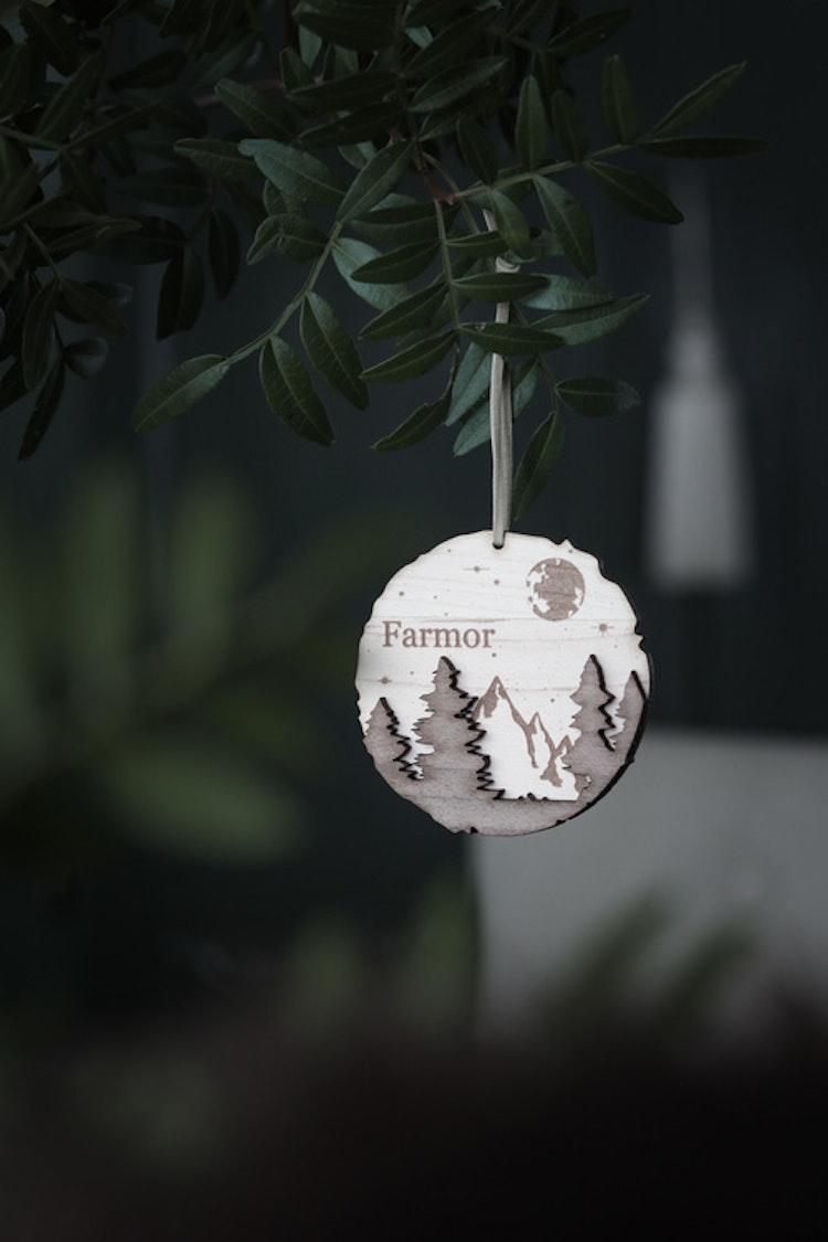 Julkula/vinterdekoration i trä - Stjärnhimmel & skog - Valfritt namn