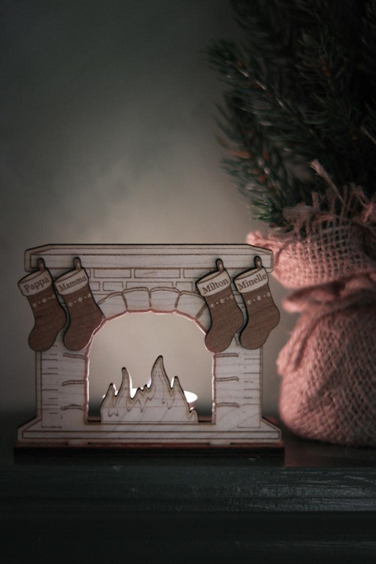 Lykta - Öppen spis med julstrumpor (valfritt antal & valfria namn)