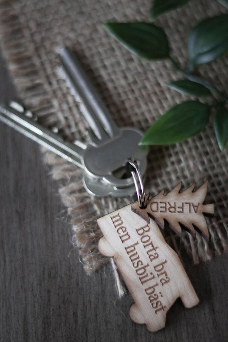 Nyckelring - Borta bra men husbil bäst (valfria namn & granar)