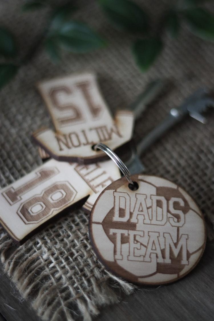 Nyckelring - DADS TEAM fotboll (valfritt namn + nummer)