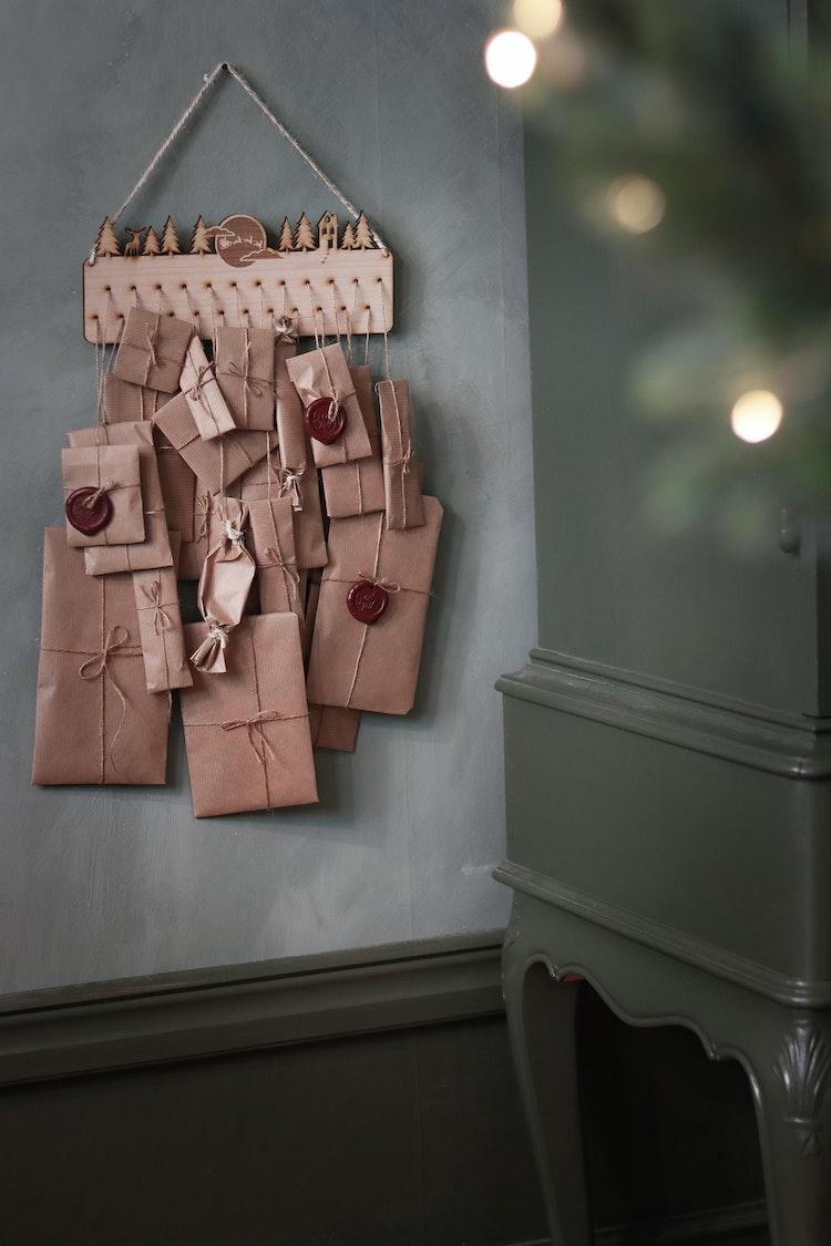 Adventskalender - Julsiluett - Hus, måne, tomtens släde