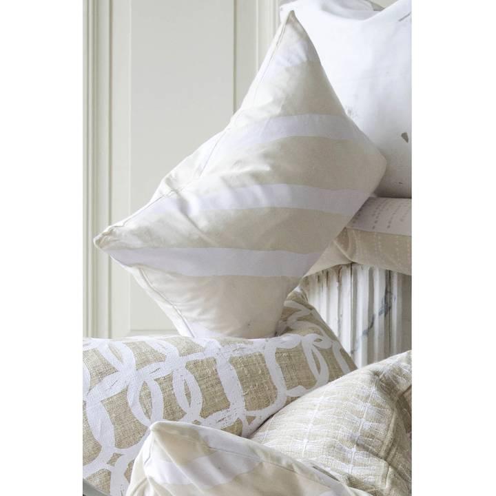 Kudde 40x60 cm i naturfärgad hampa med vackert handtryck i vitt i form av stora bågar.
