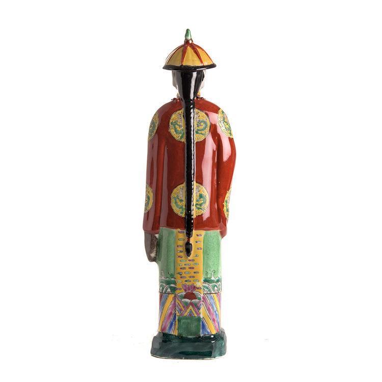 Handmålad kinesisk porslinsfigur med röd jacka och hatt. Baksidan har en lång hästsvans och vackert detaljerad målning av kläder.
