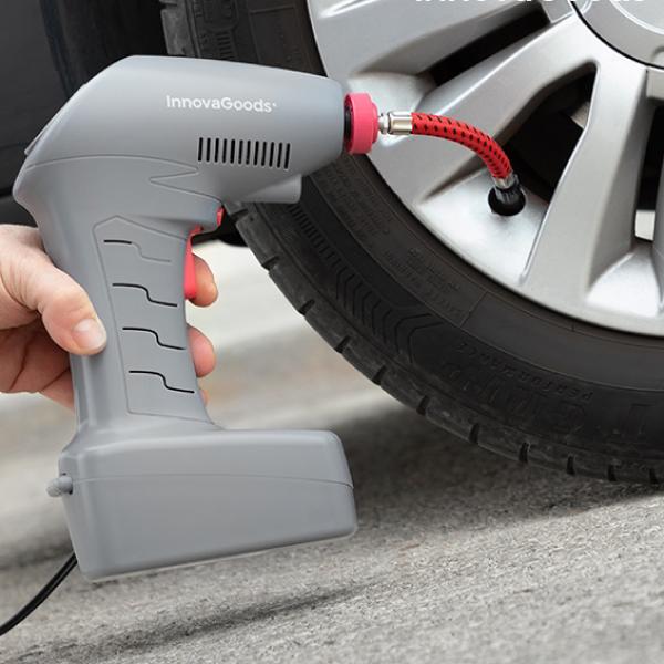 Pumpa däcken på bilen med en bärbar luftkompressor