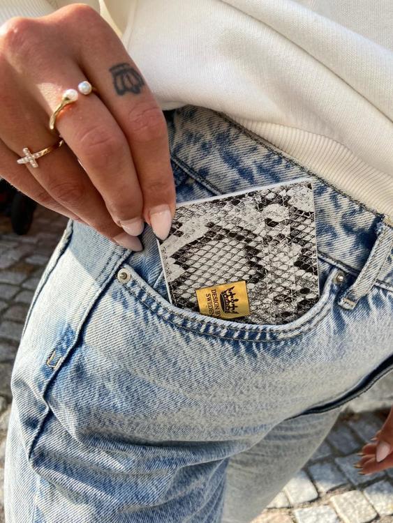Grå handgjord korthållare i veganskt pu läder med snyggt guld emblem, passar perfekt i fickan