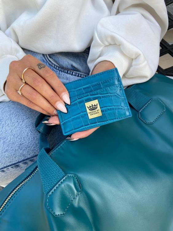 Blågrön handgjord korthållare i veganskt pu läder med snyggt guld emblem med bra greppvänlighet