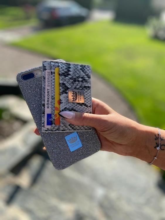 Grå handgjord korthållare i veganskt pu läder med snyggt silver emblem