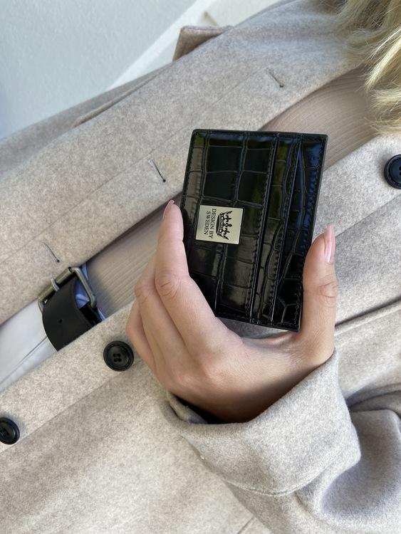 svart handgjord korthållare i veganskt krokodil pu läder med snyggt silver emblem