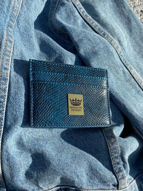 Blå handgjord korthållare i veganskt pu läder med snyggt guld emblem