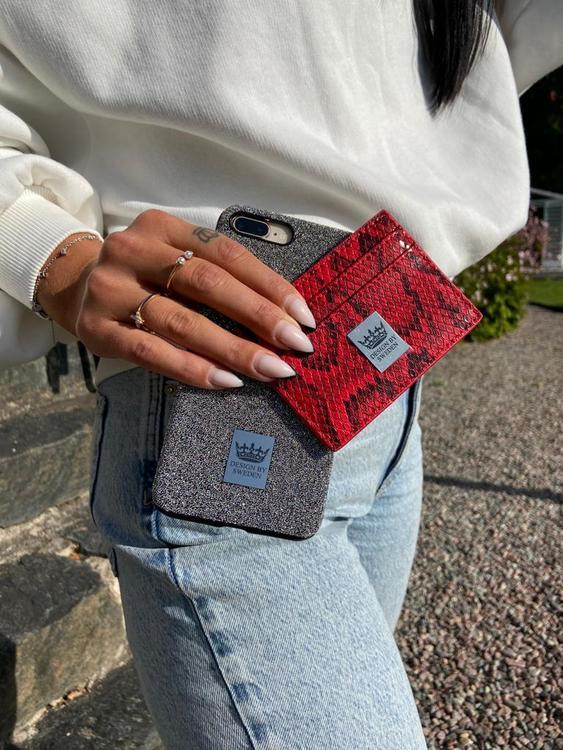 Röd handgjord korthållare i veganskt pu läder med snyggt silver emblem med bra greppvänlighet
