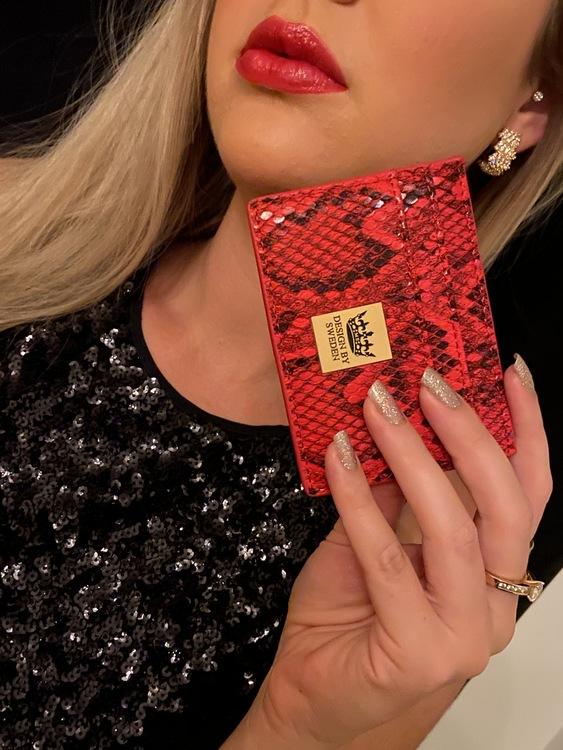 Röd handgjord korthållare i veganskt pu läder med snyggt guld emblem med bra greppvänlighet