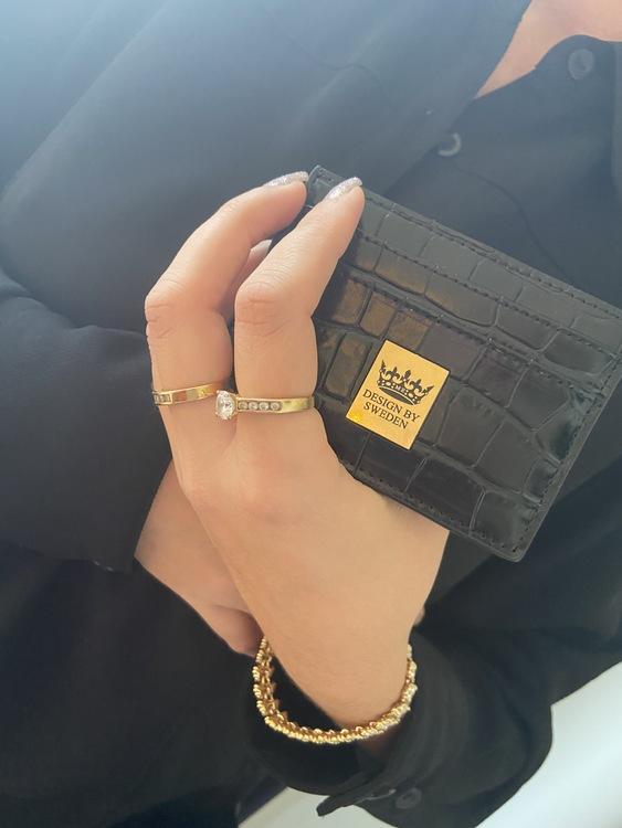 svart handgjord korthållare i veganskt pu läder med snyggt guld emblem med bra greppvänlighet
