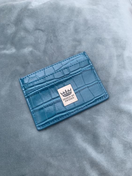 Blågrön handgjord korthållare i veganskt krokodil pu läder med snyggt silver emblem