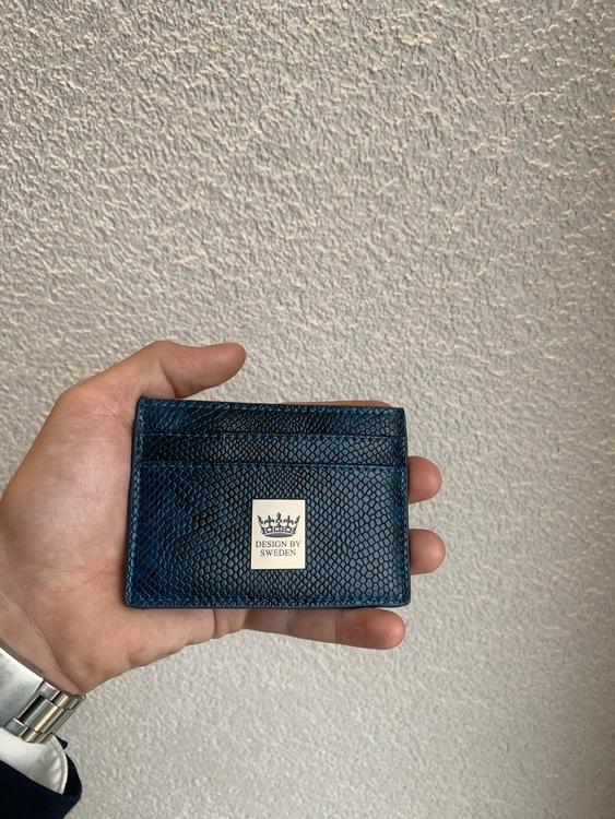 Blå handgjord korthållare i veganskt pu läder med snyggt silver emblem med bra greppvänlighet
