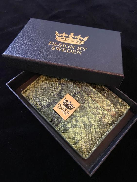 Grön handgjord korthållare i veganskt pu läder med snyggt guld emblem och stilren box