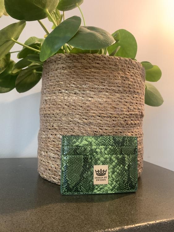 Grön handgjord korthållare i veganskt pu läder med snyggt silver emblem