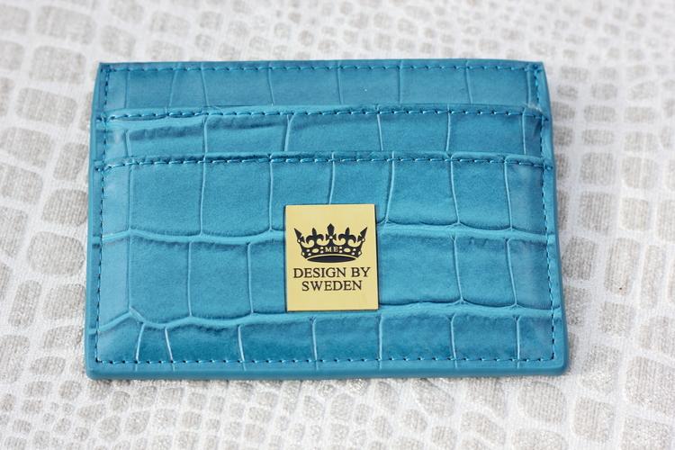 Blågrön handgjord korthållare i veganskt krokodil pu läder med snyggt guld emblem