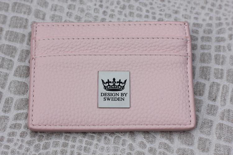 Ljusrosa handgjord korthållare i veganskt pu läder med snyggt silver emblem