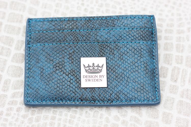 Blå handgjord korthållare i veganskt pu läder med snyggt silver emblem