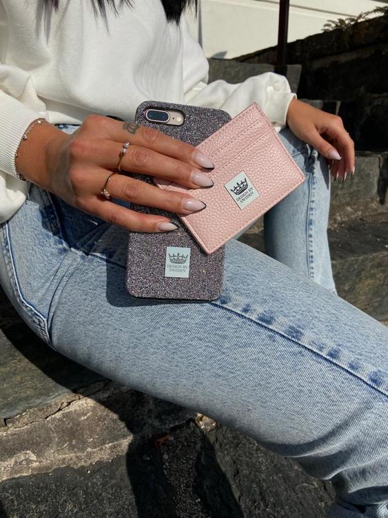 Ljusrosa handgjord korthållare i veganskt pu läder med snyggt silver emblem samt lyxigt mobilskal