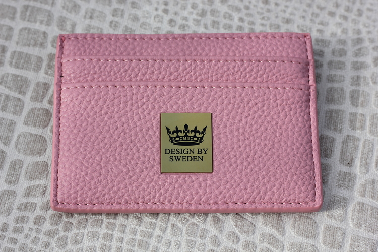 Rosa handgjord korthållare i veganskt pu läder med snyggt guld emblem
