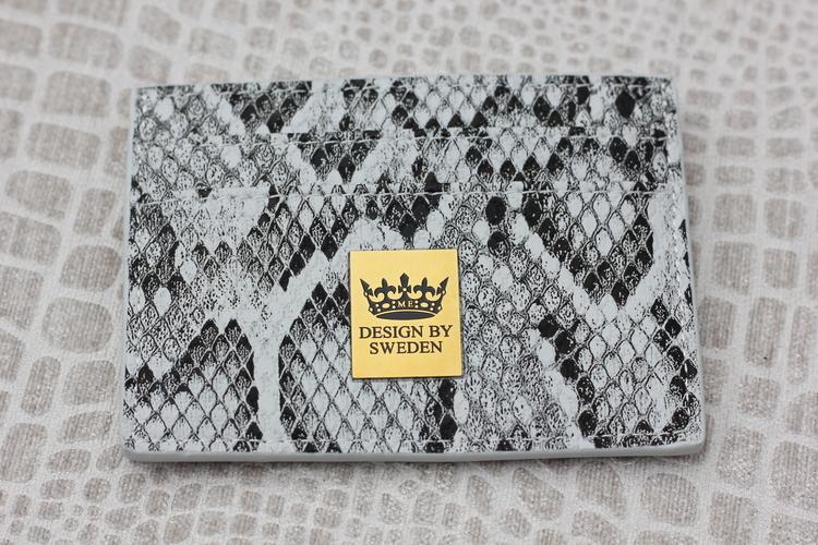 Grå handgjord korthållare i veganskt pu läder med snyggt guld emblem