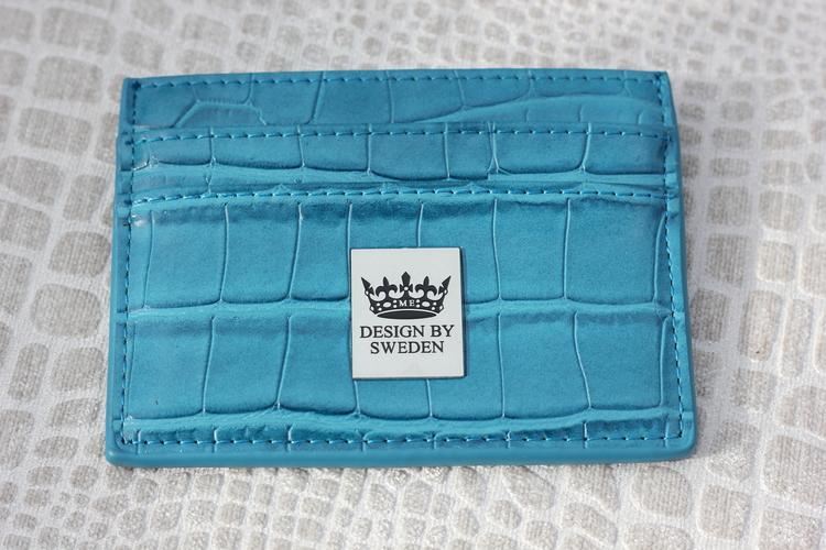 Blågrön handgjord korthållare i veganskt pu läder med snyggt silver emblem