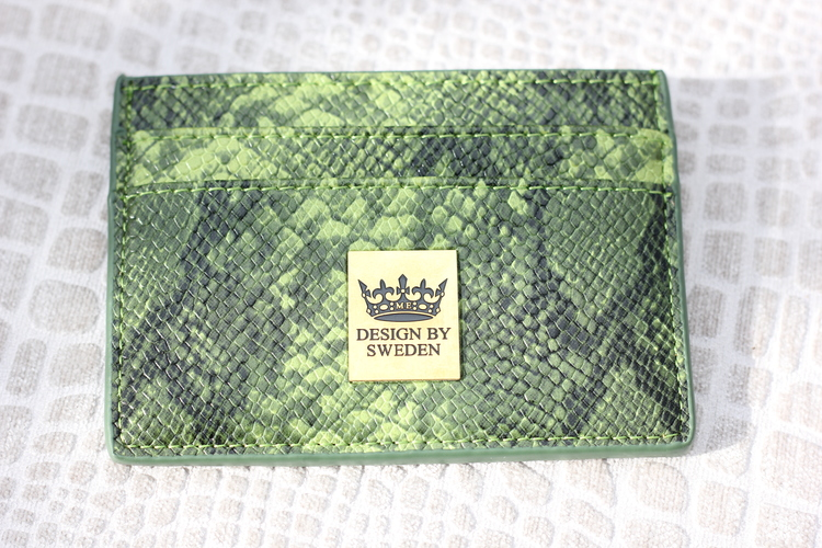 Grön handgjord korthållare i veganskt pu läder med snyggt guld emblem
