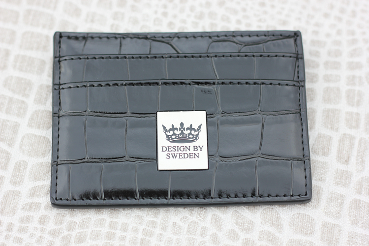 Svart handgjord korthållare i veganskt pu läder med snyggt silver emblem