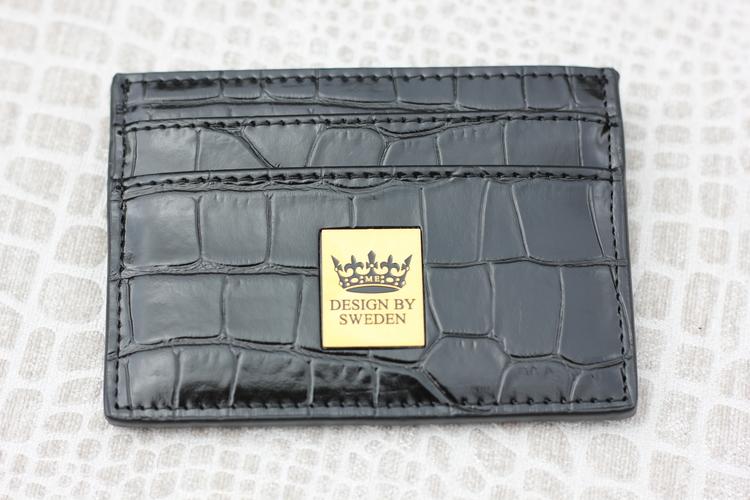 Svart handgjord korthållare i veganskt pu läder med snyggt guld emblem