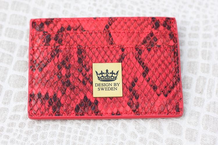 Röd handgjord korthållare i veganskt pu läder med snyggt guld emblem