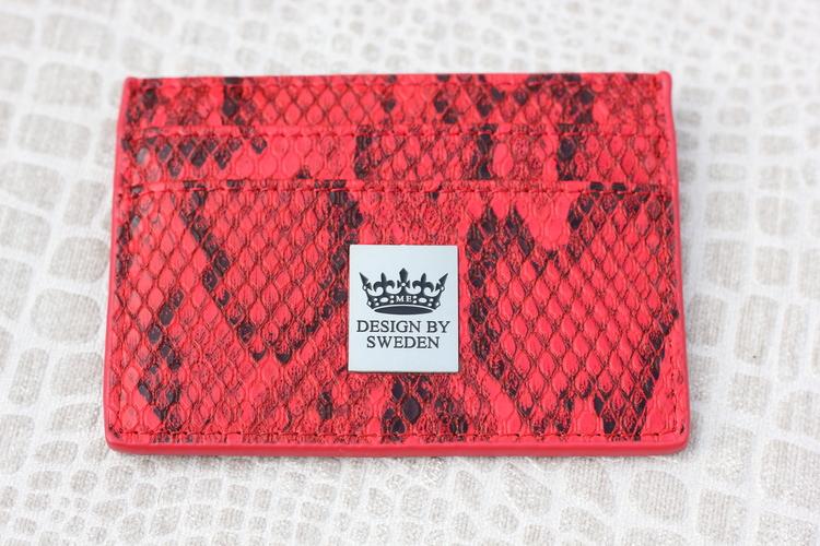Röd handgjord korthållare i veganskt pu läder med snyggt silver emblem