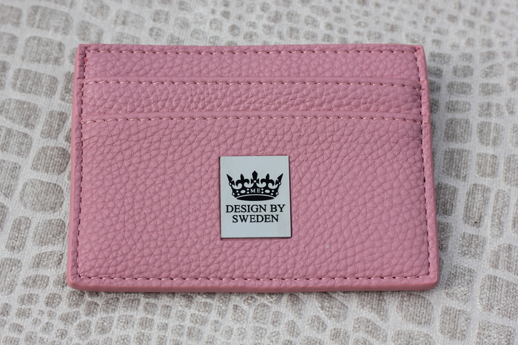 Rosa handgjord korthållare i veganskt pu läder med snyggt silver emblem