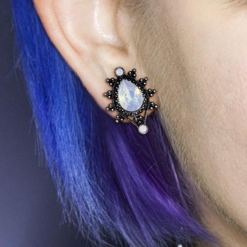 Droppformad plugg med opal sten