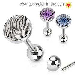 Zebrarandig tungpiercing som byter färg i solen